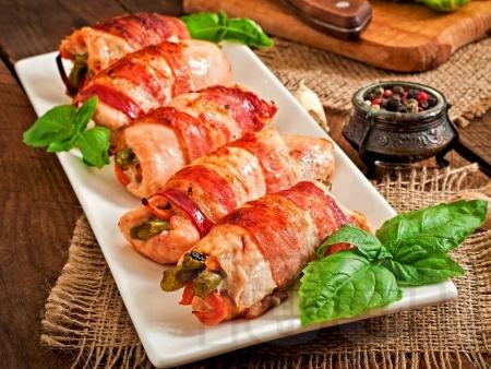 Пиле увито в бекон с плънка от крема сирене, моркови и пресен лук - снимка на рецептата